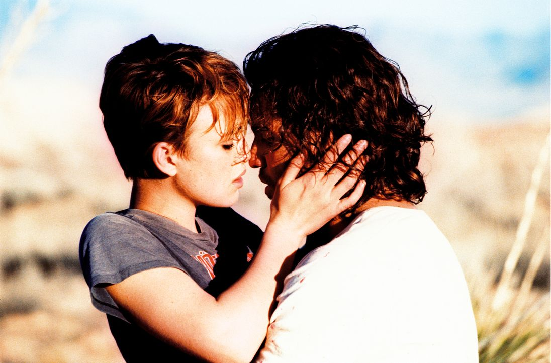 In der Wüste von Las Vegas gesteht Choco (Edgar Ramirez, r.) Domino (Keira Knightley, l.) seine Liebe ... - Bildquelle: Constantin Film
