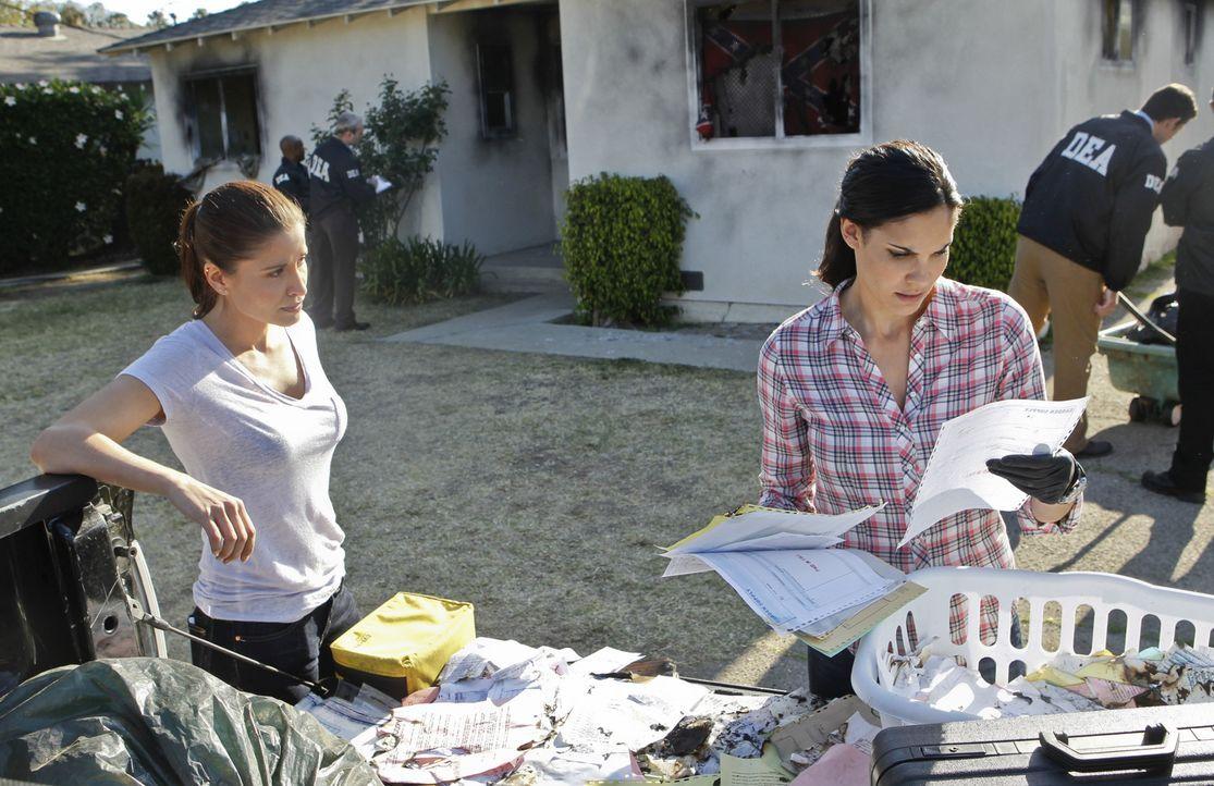 Kensi (Daniela Ruah, r.) gerät mit Talia (Mercedes Masohn, l.) aneinander, da diese durchschaut hat, dass Deeks und Kensi ineinander verliebt sind u... - Bildquelle: 2014 CBS Broadcasting, Inc. All Rights Reserved.