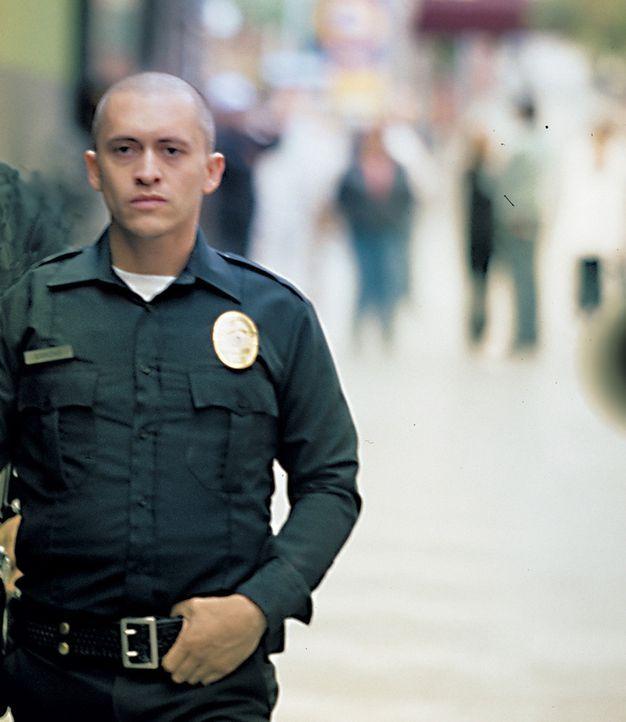 Als Armando Sancho (Clifton Collins Jr.) gebeten wird, gegen die Korruption im Polizeirevier auszusagen, steht er zwischen seinem Gewissen und der L... - Bildquelle: Sony Pictures Television International. All Rights Reserved.