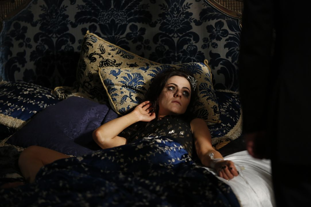 Was ist nur mit Eleanor (Alexandra Park) los? - Bildquelle: Tim Whitby 2014 E! Entertainment Media LLC/Lions Gate Television Inc.