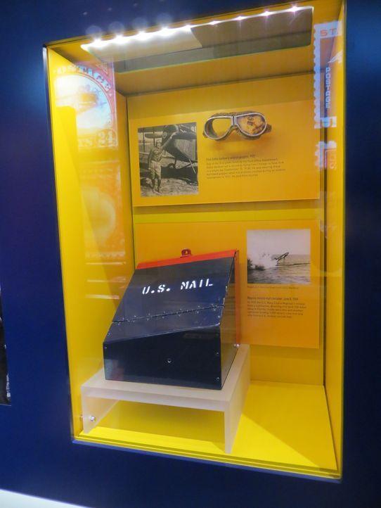 Don Wildman untersucht einen Briefkasten, der einst der Schwerkraft trotzte ... - Bildquelle: 2014, The Travel Channel, L.L.C. All Rights Reserved.