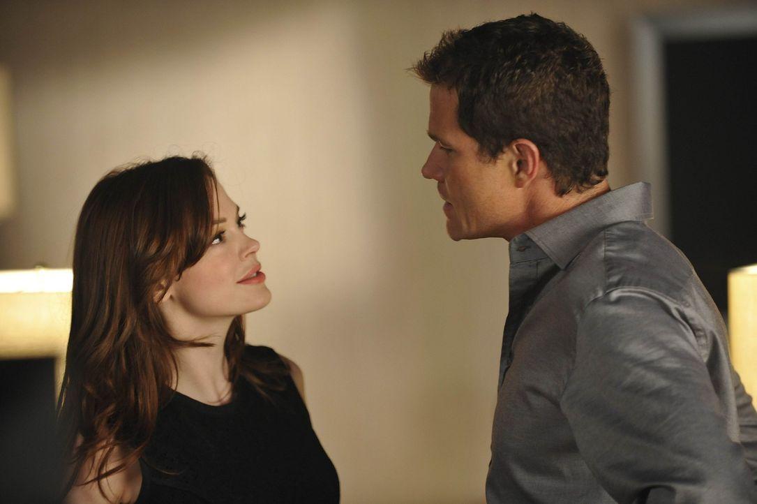 Haben sie wirklich eine gemeinsame Zukunft? Sean (Dylan Walsh, r.) und Teddy (Rose McGowan, l.) ... - Bildquelle: Warner Bros. Entertainment Inc. All Rights Reserved.
