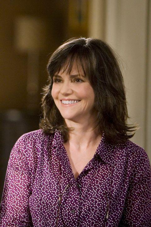 Nora (Sally Field) ist nicht  erfreut über den Besuch ihres alten Bekannten Roger Grant ... - Bildquelle: 2008 ABC INC.