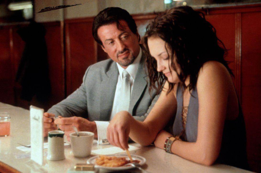 Jack Carter (Sylvester Stallone, l.) lernt bei den Ermittlungen seine Nichte Doreen (Rachael Leigh Cook, r.) näher kennen. - Bildquelle: Warner Bros.