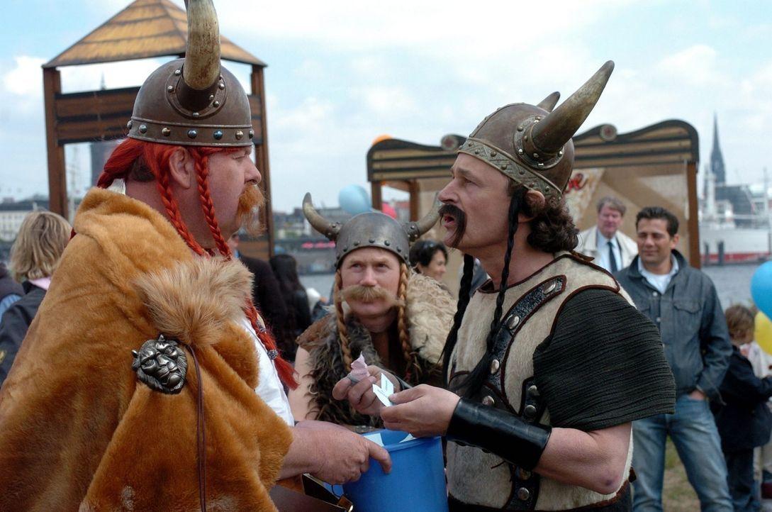 Engel (Ottfried Fischer, l.) und Lesche (Max Volkert Martens, r.) treten bei dem Kinderfest als Wikinger auf. - Bildquelle: Sat.1