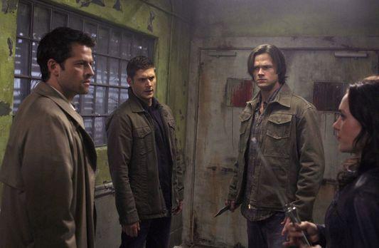 Supernatural - Nur gemeinsam können Castiel (Misha Collins, l.), Dean (Jensen...