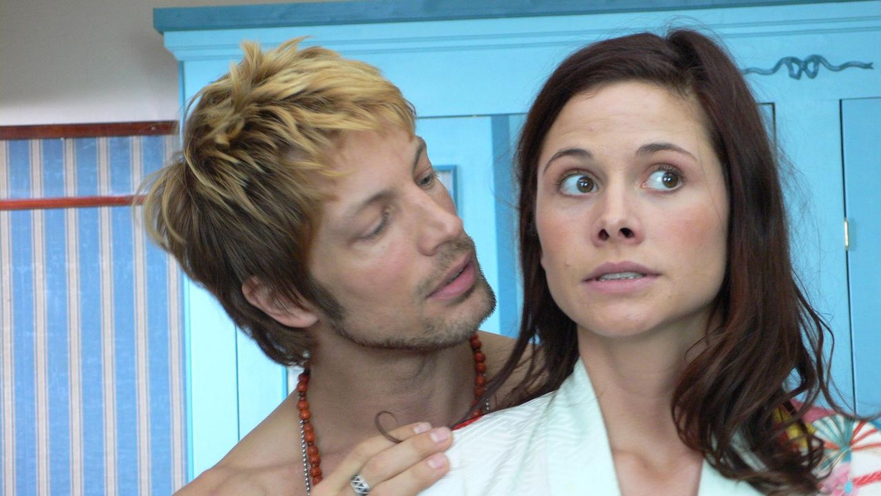 Am Vorabend ihrer Hochzeit stürzt Kim (Ellenie Salvo Gonzáles, r.) mit dem französischen Stripper Jerome (Mickey Hardt, l.) ab. Unglücklicherwei... - Bildquelle: ProSieben
