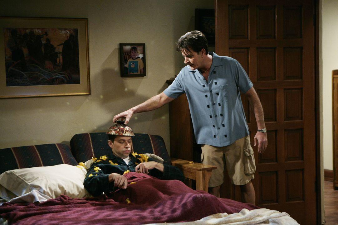 Alan (Jon Cryer, l.) bemüht sich darum, das Haus von Charlie (Charlie Sheen, r.) zu verschönern. Dieser kann der Idee von Alan jedoch so gar nichts... - Bildquelle: Warner Brothers Entertainment Inc.