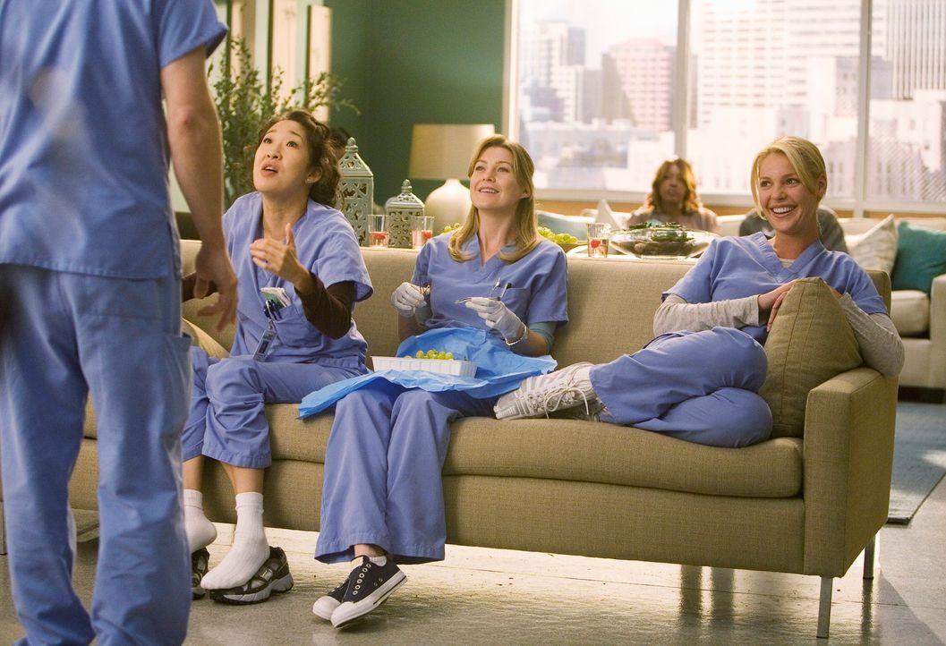 George (T.R. Knight, l.) hat eine gute Nachricht für Cristine (Sandra Oh, 2.v.l.), Meredith (Ellen Pompeo, 2.v.r.) und Izzie (Katherine Heigl, r.)... - Bildquelle: Touchstone Television