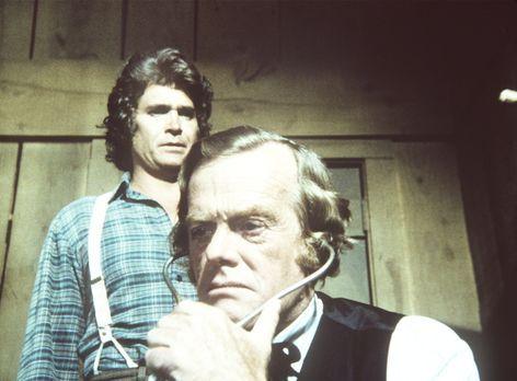 Unsere kleine Farm - Charles (Michael Landon, l.) und Dr. Baker (Kevin Hagen,...