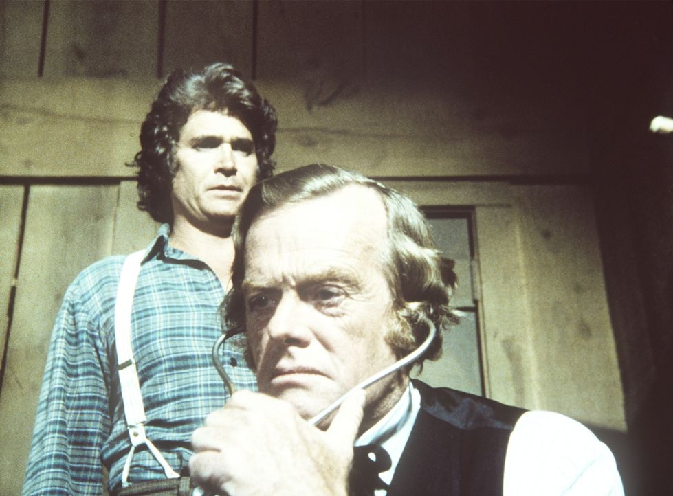 Charles (Michael Landon, l.) und Dr. Baker (Kevin Hagen, r.) kümmern sich um den verletzten Stanley. Doch der Patient stirbt. - Bildquelle: Worldvision