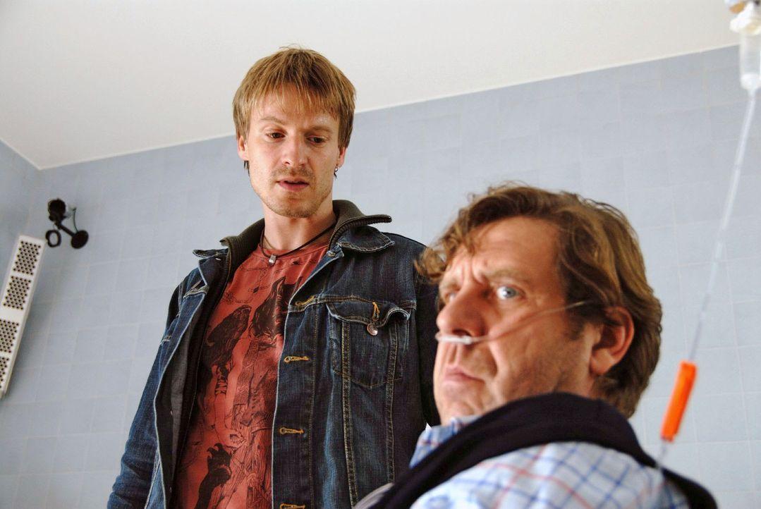 Andi Becker (Max von Pufendorf, l.) versucht mit Gewalt, die Blutwäsche für seinen Vater (Uwe Rohde, r.) im Krankenhaus zu erzwingen ...