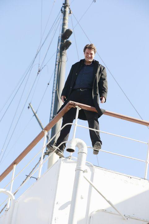 Muss feststellen, dass er auf hoher See mit einem Mörder gefangen ist: Castle (Nathan Fillion) ... - Bildquelle: Mitchell Haaseth 2015 American Broadcasting Companies, Inc. All rights reserved.