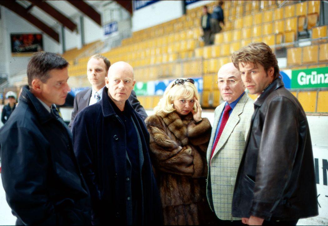 """Während eines Spiels der Kölner """"Haie"""" wird der russische Eishockey-Star Dimitri Smirkow auf dem Eis erschossen! Noch völlig fassungslos stehen (v.l... - Bildquelle: Thomas Böhme Sat.1"""