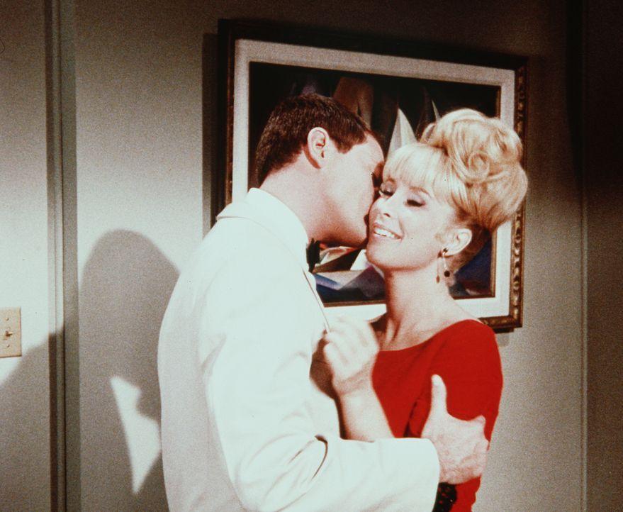 Vorbei an der Wirklichkeit? Jeannie (Barbara Eden, r.) sieht sich und Tony (Larry Hagman, l.) in der Kristallkugel als glückliches und zufriedenes P... - Bildquelle: Columbia Pictures