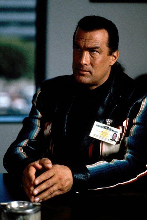 Eigentlich ist er auf der Suche nach einem Mörder, doch dann kommt US-Marschall Jack Taggart (Steven Seagal) einem Giftmüll-Skandal auf die Spur, de... - Bildquelle: Warner Bros. Entertainment Inc.