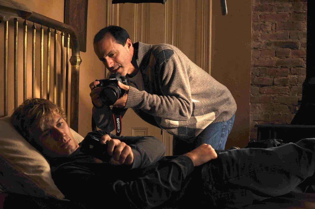 Regisseur D. J. Caruso (r.) präpariert seinen Hauptdarsteller Alex Pettyfer (l.) für die nächste Szene ... - Bildquelle: DreamWorks II Distribution Co., LLC..  All rights reserved