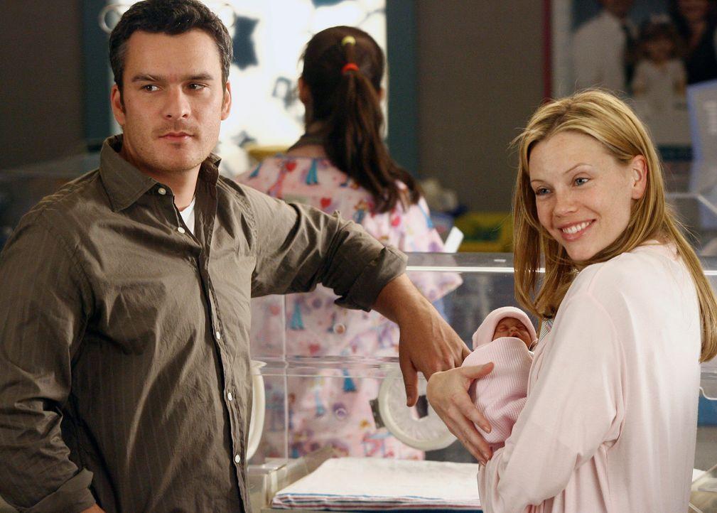 Stolz zeigen die frisch gebackenen Eltern Tommy (Balthazar Getty, l.)  und Julia (Sarah Jane Morris, r.) ihre Tochter Elizabeth... - Bildquelle: Disney - ABC International Television