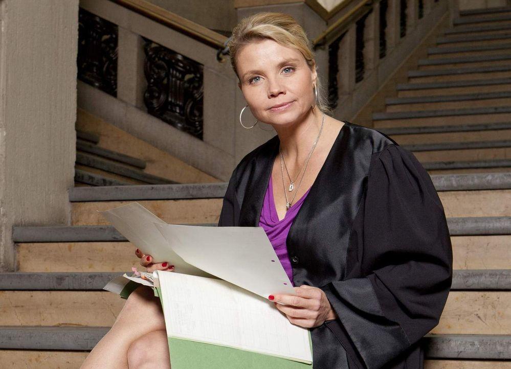 Eine ungewöhnliche Rechtsanwältin: Danni Lowinski (Annette Frier) ... - Bildquelle: Frank Dicks SAT.1