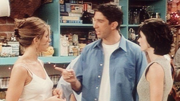Ross (David Schwimmer, M.) muss sich von Rachel (Jennifer Aniston, l.) und Mo...