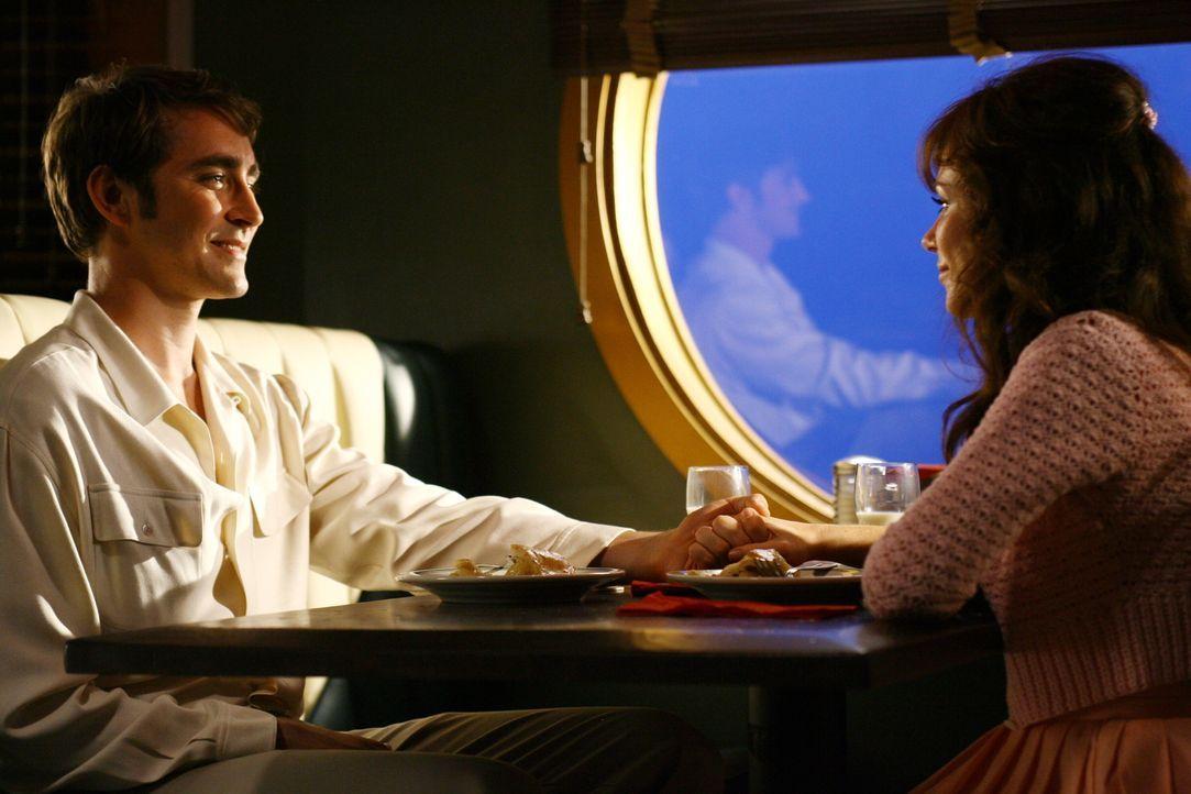 Was geschieht da zwischen Chuck (Anna Friel, r.) und Ned (Lee Pace, l.)? - Bildquelle: Warner Brothers
