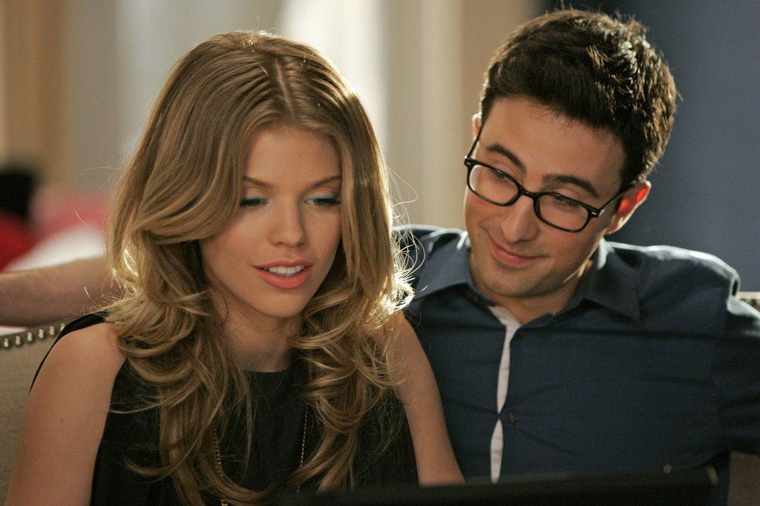 Max (Josh Zuckerman, r.) hilft Naomi (AnnaLynne McCord, l.) bei ihrem Hausaufsatz über die Französische Revolution ... - Bildquelle: 2011 The CW Network. All Rights Reserved.