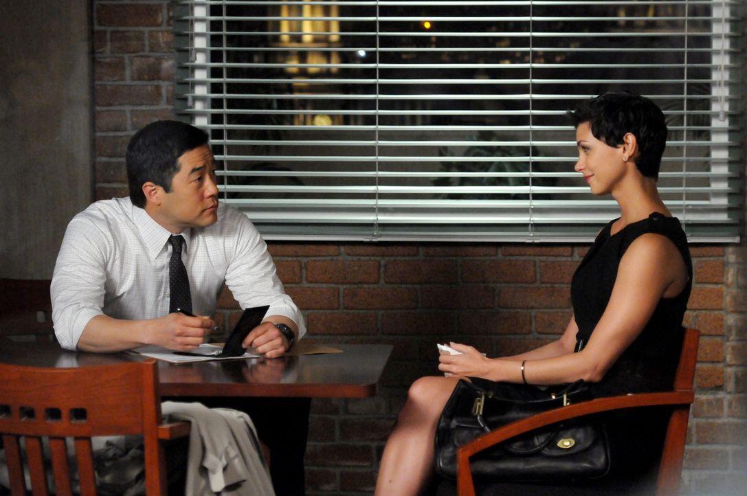 Gemeinsam mit Patrick ermittelt Kimball (Tim Kang, l.) in einem neuen Mordfall - dabei stoßen sie auf Erica (Morena Baccarin, r.), die Witwe des Opf... - Bildquelle: Warner Bros. Television