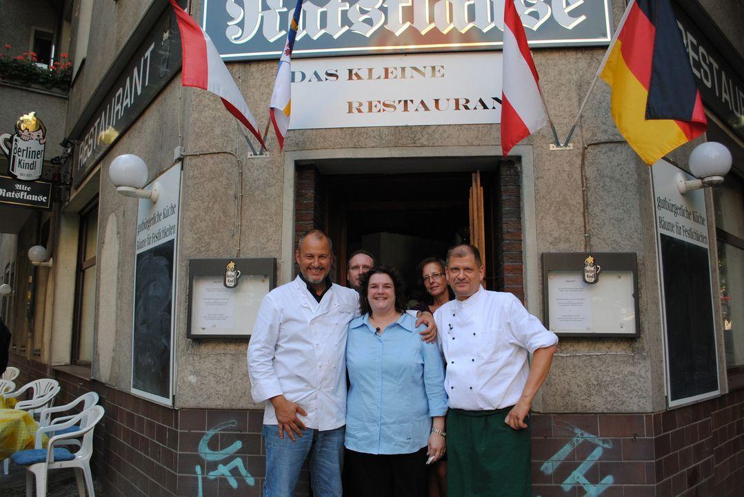 """Jens (2.v.l.), Marion (M.), Angelika (2.v.r.) und Uwe (r.) von der """"Alten Ratsklause"""" in Berlin hoffen auf Frank Rosins (l.) Hilfe ... - Bildquelle: kabel eins"""