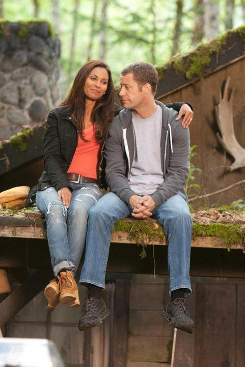 Carter (Colin Ferguson, r.) hat sich für die Flitterwochen etwas Besonderes einfallen lassen: Er bringt Allison (Salli Richardson-Whitfield, l.) zu... - Bildquelle: Universal Television