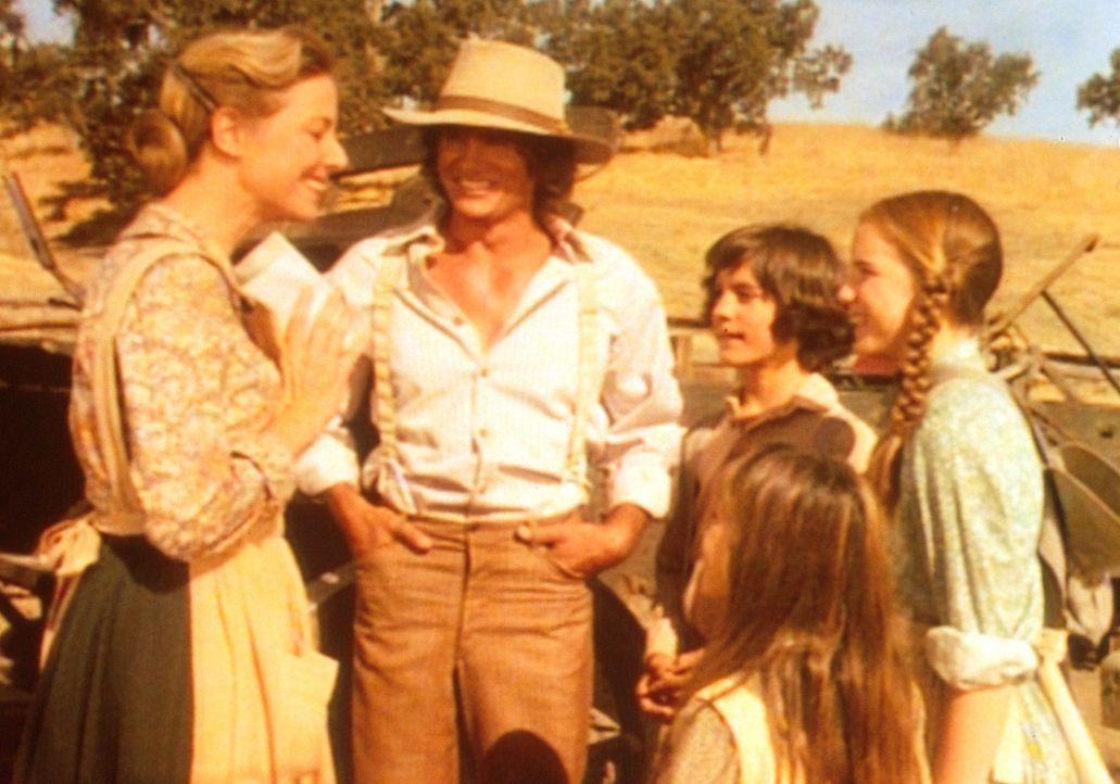 Caroline (Karen Grassle, l.) ist überglücklich. Denn in dem Telegramm kündigen ihre Eltern einen Besuch in Walnut Grove an. Auch Albert (Matthew... - Bildquelle: Worldvision