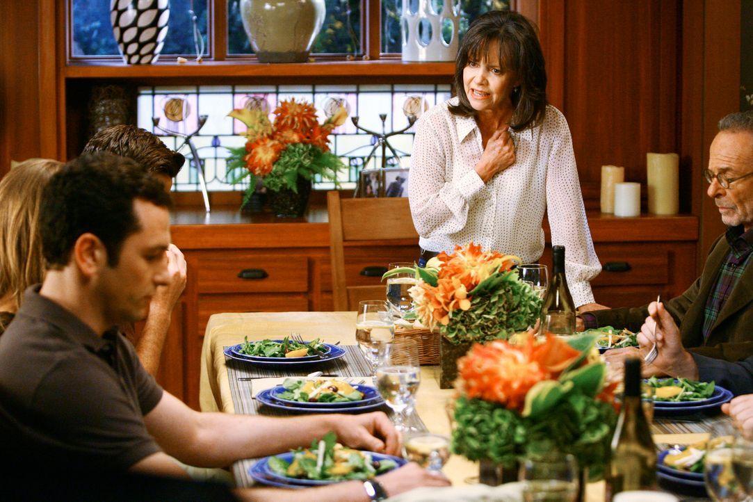 Nora (Sally Field, 2.v.r.) rastet beim Familienabendessen aus, da sie sich von Kevin (Matthew Rhys, l.) hintergangen fühlt ... - Bildquelle: 2008 ABC INC.