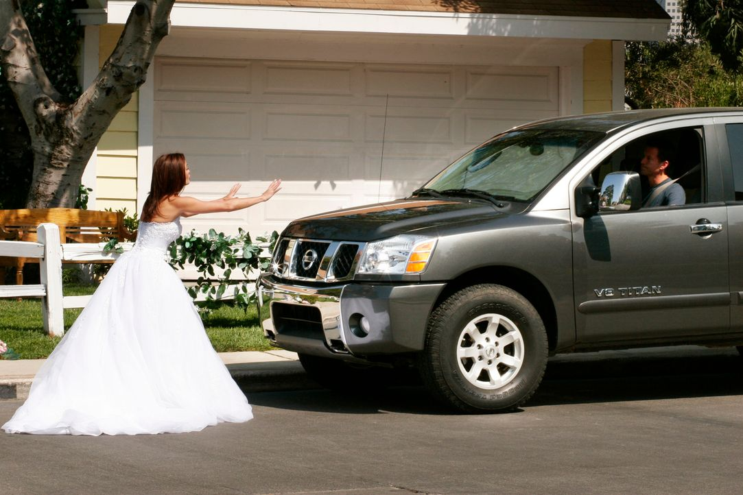 Susan (Teri Hatcher, l.) probiert gerade das Hochzeitskleid ihrer Mutter an, als Mike (James Denton, r.) hereinplatzt und sie zur Rede stellt. Sie g... - Bildquelle: 2005 Touchstone Television  All Rights Reserved