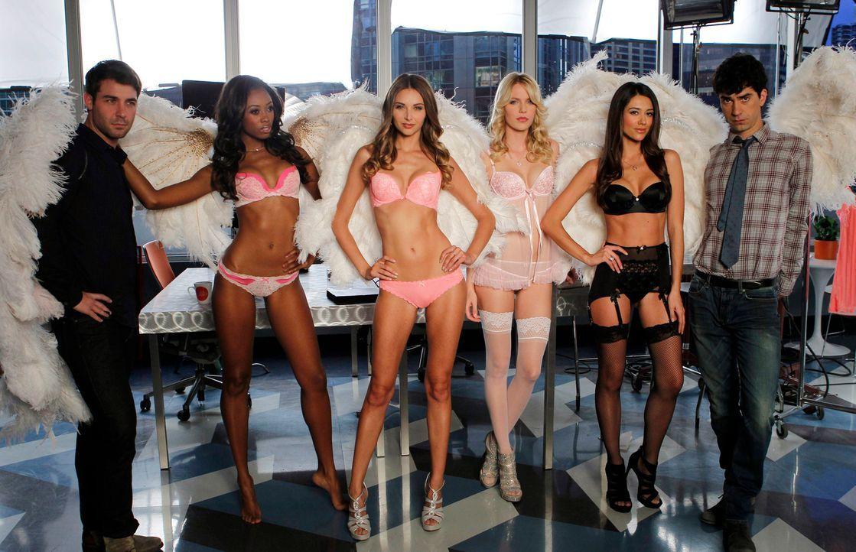 Für ein Fotoshooting kommen Victoria's-Secret-Models in die Agentur. Zach (James Wolk, l.) und Andrew (Hamish Linklater, r.) können ihr Glück kaum f... - Bildquelle: 2013 Twentieth Century Fox Film Corporation. All rights reserved.