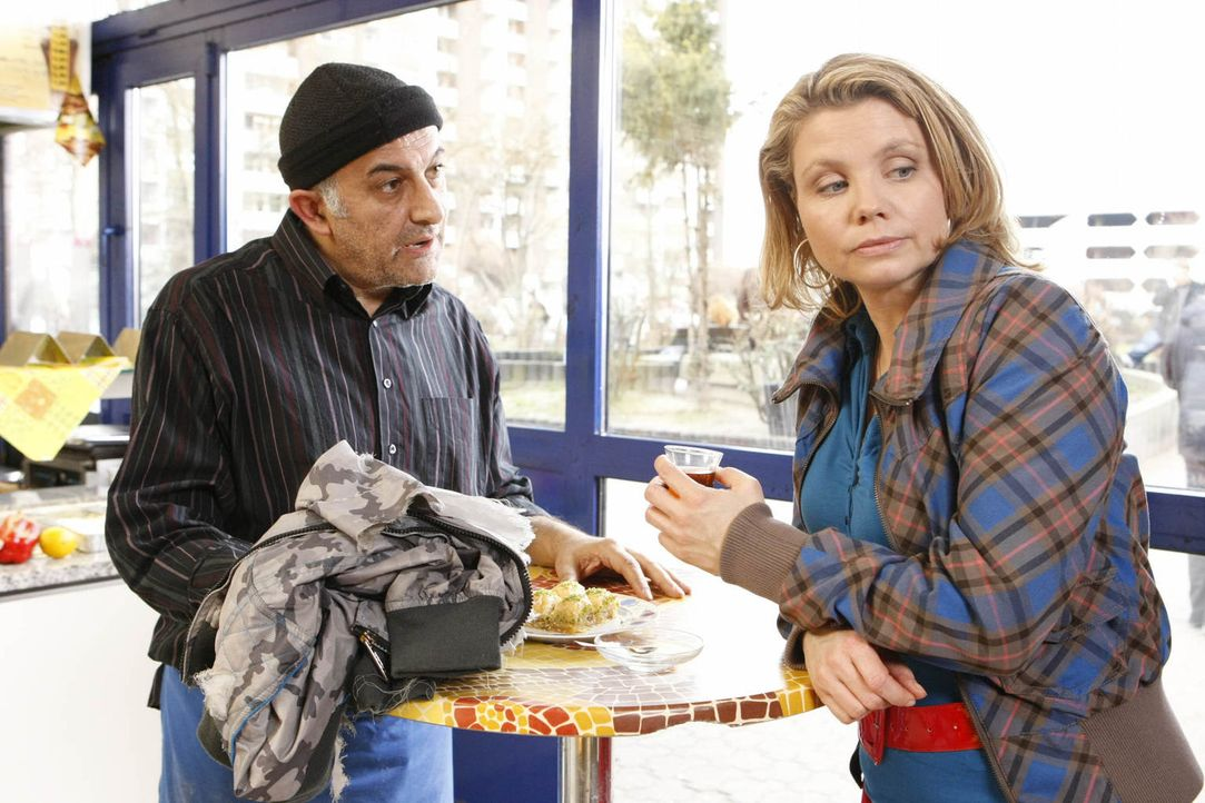 Nachdem Kurt Checker auf ein paar Jugendliche gehetzt hat, muss sich Danni (Annette Frier, r.) bei Ali Genc (Ramin Yazdani, l.) entschuldigen ... - Bildquelle: Frank Dicks SAT.1