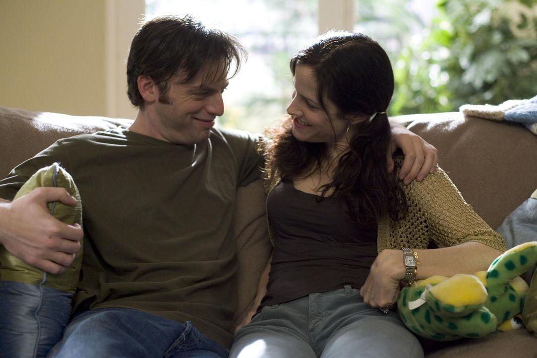 Als Andy (Justin Kirk, l.) erfährt, dass seine brave Schwägerin (Mary-Louise Parker, l.) die größte Dealerin von Agrestic ist, fällt er aus all... - Bildquelle: Lions Gate Television
