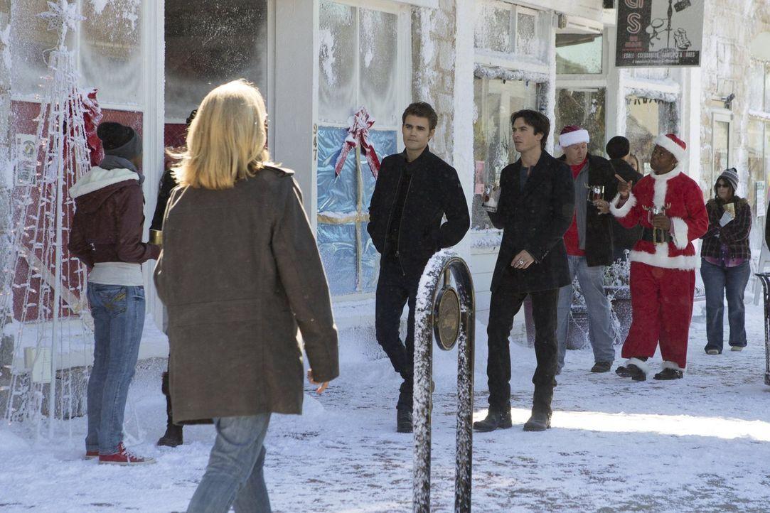 Stefan (Paul Wesley, Mitte l.) und Damon (Ian Somerhalder, Mitte r.) machen sich auf die Suche nach Julian, doch die Begegnung mit ihm wird für die... - Bildquelle: Warner Bros. Entertainment, Inc.