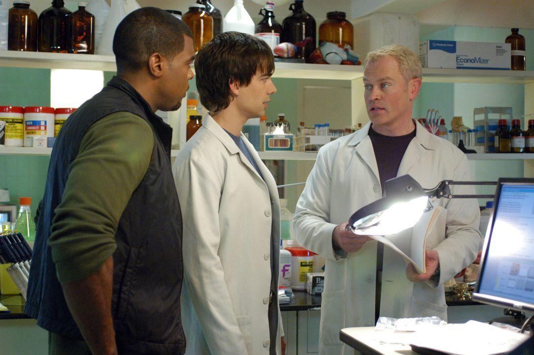 Nachdem zwei Studenten einen epileptischen Anfall bekommen und dann ins Koma fallen, beginnt für Dr. Stephen Connor (Neal McDonough, r.), Frank Pow... - Bildquelle: CBS Television