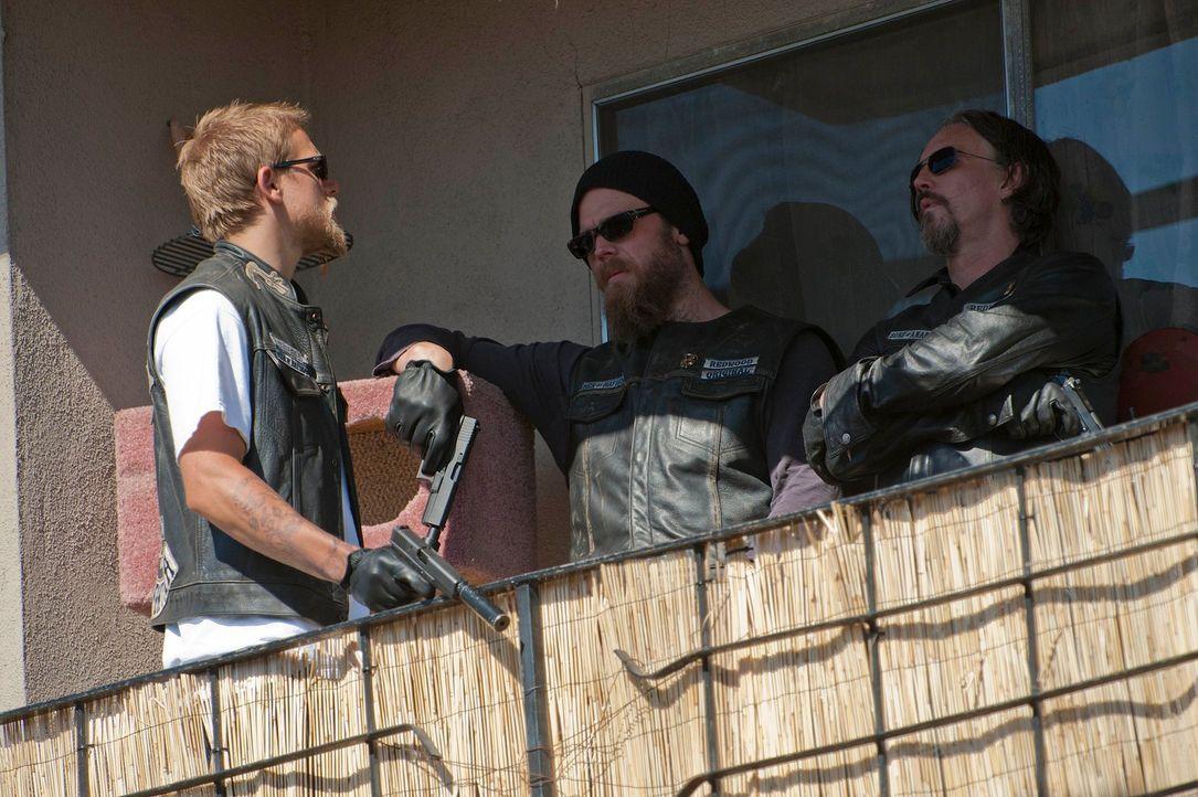 Noch glauben Jax (Charlie Hunnam, l.), Opie (Ryan Hurst, M.) und Chibs (Tommy Flanagan, r.), dass sie das Richtige tun ... - Bildquelle: 2011 Twentieth Century Fox Film Corporation and Bluebush Productions, LLC. All rights reserved.