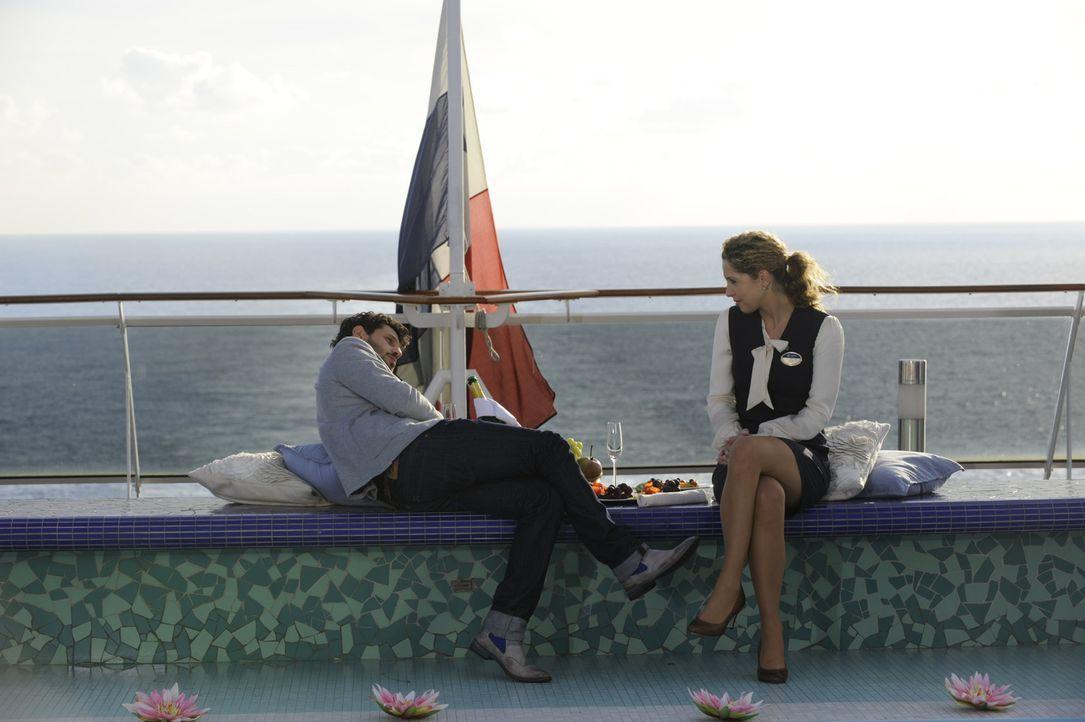 Luca (Manuel Cortez, l.) konnte es gerade noch rechtzeitig verhindern, dass Nina (Maria Wedig, r.) als blinder Passagier gemeldet wird ... - Bildquelle: SAT.1
