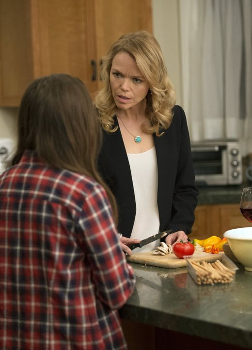 Hat Jenny (Cole Bernstein, l.) etwas mit dem Fall zu tun, in dem Beth und Jack ermitteln? Ihre Mutter Monica (Lauren Bowles, r.) macht sich große So... - Bildquelle: Warner Bros. Entertainment, Inc.
