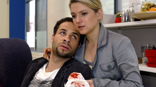 Anna (Jeanette Biedermann, r.) kümmert sich liebevoll um den verletzten Janni...