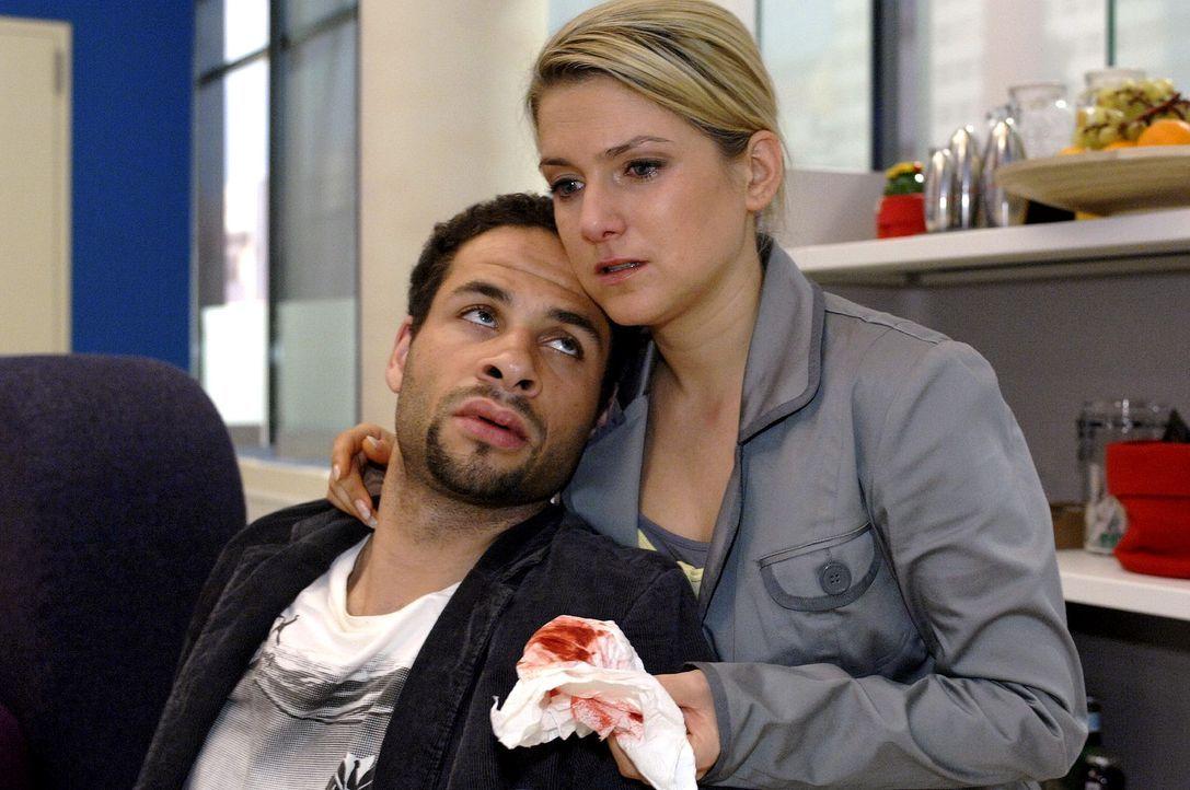 Anna (Jeanette Biedermann, r.) kümmert sich liebevoll um den verletzten Jannick (Mike Adler, l.). - Bildquelle: Oliver Ziebe Sat.1