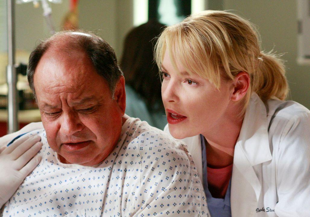 Der Wettkampf um den Titel des besten Chirurgen geht weiter. Izzie (Katherine Heigl, r.) hofft bei ihren Patienten Otis Sharon (Cheech Marin, l.) ei... - Bildquelle: Touchstone Television