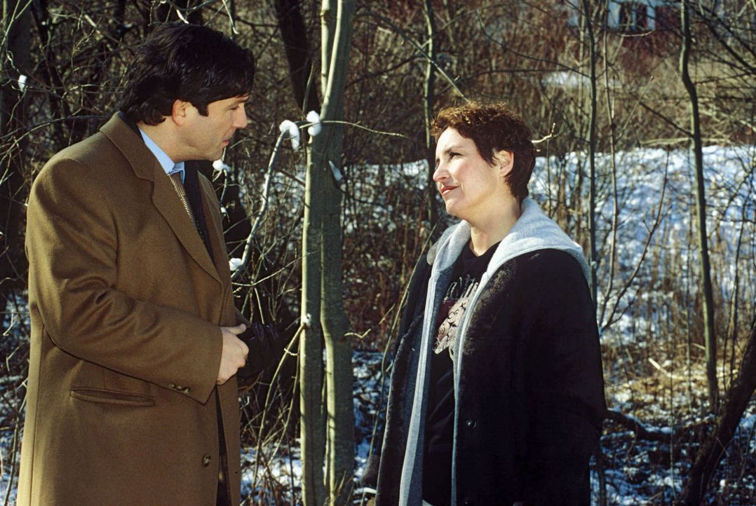 Heilmeyer (Francis Fulton-Smith, l.) hat verschwiegen, dass er die Tote kannte. Sabrina (Katerina Jacob, r.) fordert eine detaillierte Aussage. - Bildquelle: Magdalena Mate Sat.1