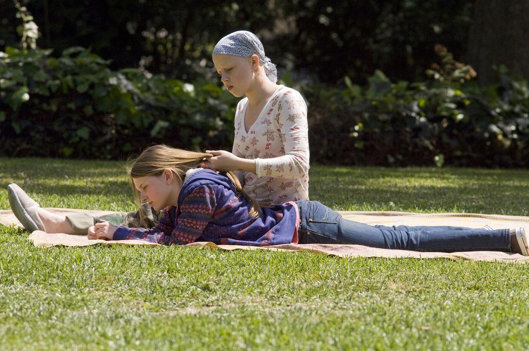 Ohne ihre Schwester Anna (Abigail Breslin, l.) kann Kate Fitzgerald (Sofia Vassilieva, r.) nicht leben: Sie hat Leukämie. Doch eines Tages weigert s... - Bildquelle: Warner Brothers