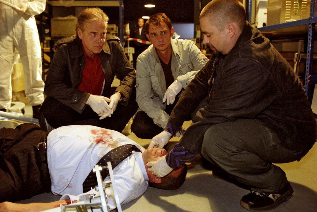 Kommissar Wolff (Jürgen Heinrich, l.) und Tom (Steven Merting, 2.v.r.) versuchen gemeinsam mit Dr. Geritz (Alexander Hörbe, r.) zu rekonstruieren, w... - Bildquelle: Claudius Pflug Sat.1