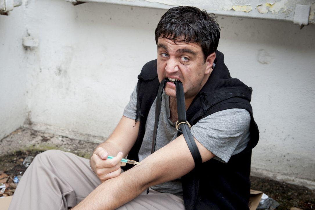 Präsentiert sich der Öffentlichkeit als Junkie, damit ihm die Moderation des Deutschen Fernsehpreises entzogen wird: Bastian (Bastian Pastewka) ... - Bildquelle: Frank Dicks SAT.1