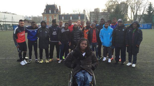 Die Reporter reisen nach Frankreich und Kamerun, um junge Männer zu interview...