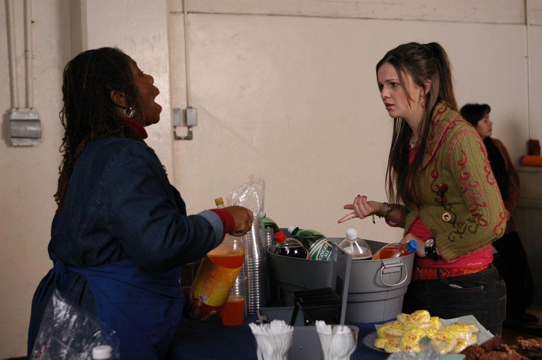 Gott bittet Joan (Amber Tamblyn, r.) darum, sich um bedürftige Kinder zu kümmern. So meldet sie sich freiwillig bei Sergeant Toni Williams (April... - Bildquelle: Sony Pictures Television