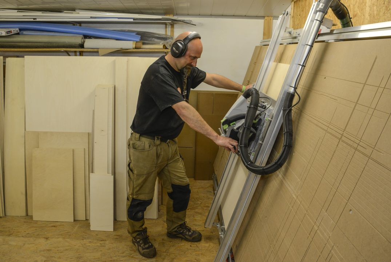 1. Schritt: Das Sperrholz (15 mm) wird zuerst auf die passende Hundegröße zu...